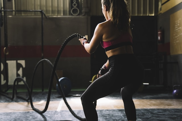 woman doing intense rope exercises.