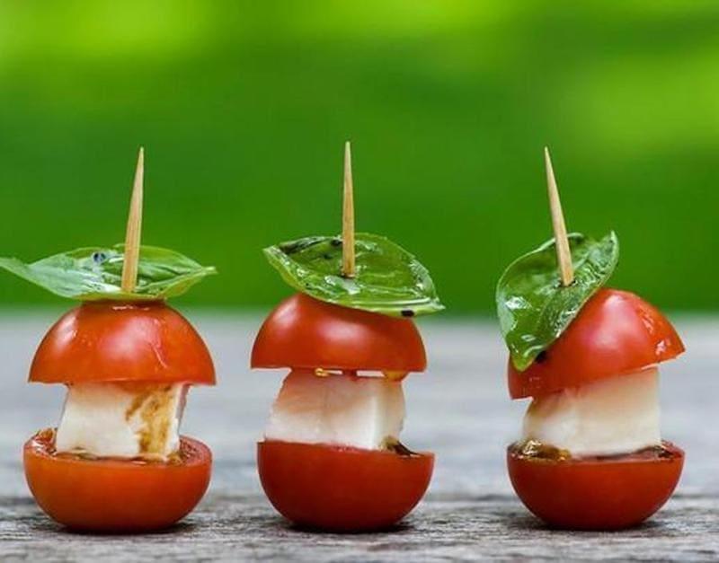 Tomates cherry, queso fresco y albahaca