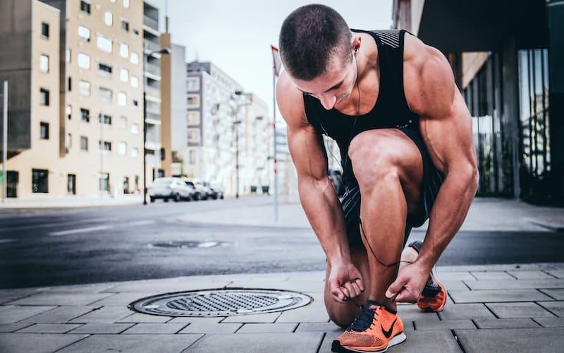 hombre preparándose para correr