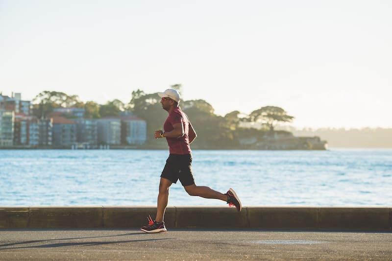 Hombre corriendo junto al mar